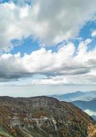 cielo azul con montañas de otoño