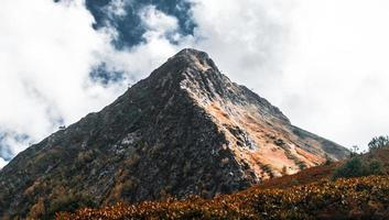 montaña naranja y gris