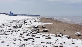 escena de playa invernal