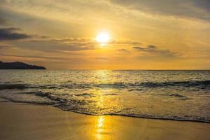 atardecer en la playa costera