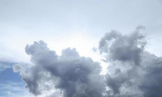 nuvens cinza-escuras na estação das chuvas foto