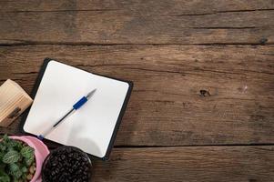 caderno em uma mesa