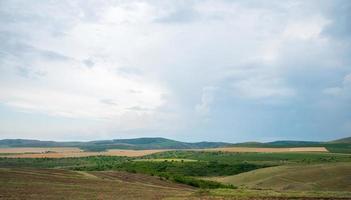campo bajo un cielo nublado