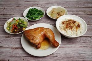 pollo al horno con arroz y guarniciones de verduras