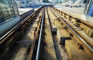 vías del tren en una ciudad
