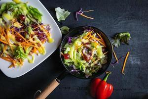 Tazón de ensalada de verduras en el cuadro negro
