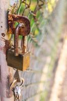cerradura de llave rústica
