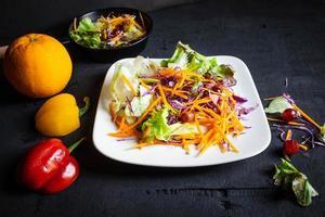 ensalada de verduras sobre fondo negro