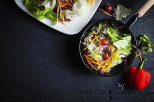 ensalada de verduras en sartén