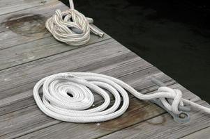amarre de barco en el muelle