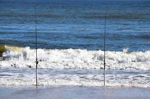 cañas de pescar en la playa