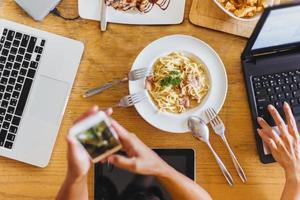 los trabajadores comen durante las reuniones en un café
