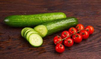 pepino e tomates na mesa de madeira