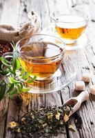 xícara transparente de chá verde