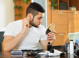 cara removendo cabelo da orelha
