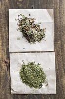 thé sec sur une table en bois
