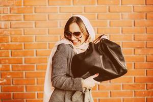 garota com um casaco na rua