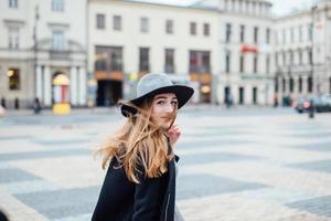 jong meisje lopen op straat