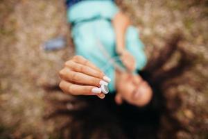 Auriculares de cerca en las manos de la niña vista aérea superior foto