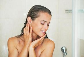 mujer joven feliz en la ducha