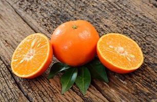 fruta naranja sobre un fondo de madera foto