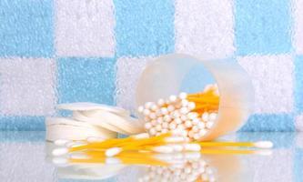 hisopos y palitos de algodón en el baño foto
