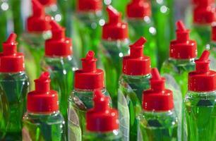 muchas botellas verde abstergente