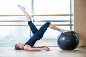mujer joven, ejercitar, en, un, gimnasio