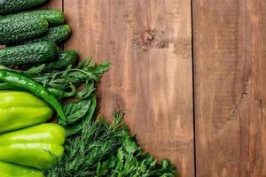 las verduras verdes en la mesa de madera