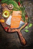 Filete de salmón sobre tabla de cortar antigua, vista superior