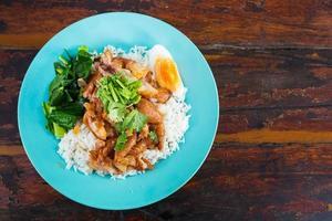 olla de pierna de cerdo tailandesa guisada con arroz