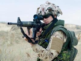 soldado en uniforme del desierto foto
