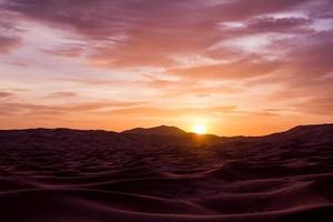 nascer do sol sobre o deserto do Saara