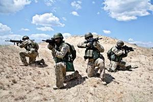 escuadrón del ejército militar en el desierto con el objetivo foto