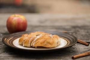 pastelería danesa con palitos de manzana y canela foto