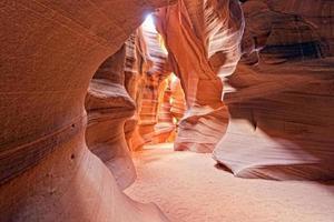 Antelope Canyon View com raios de luz no chão