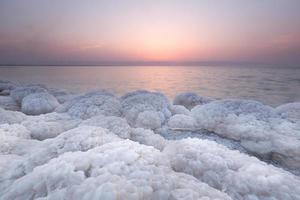 Salt Rock en el Mar Muerto, Jordania foto