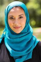 Nahaufnahmeporträt der muslimischen Frau im Freien