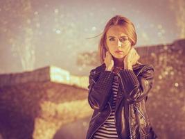mujer estilo casual posando contra la fuente de la ciudad
