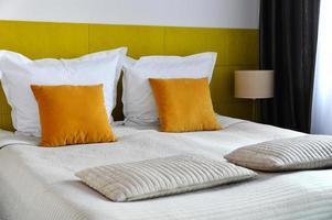 cama doble en habitación de hotel. alojamiento
