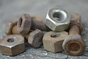 tornillos y tuercas oxidados foto