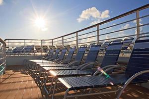 Chaise longues en la cubierta del crucero foto