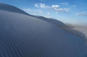 dunas de arena onduladas foto