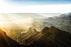 rayos de sol sobre el gran cañón foto