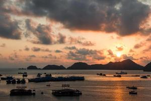 Islas deshabitadas en el mar del sur de China al atardecer foto