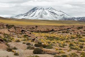 Vista de montañas y formaciones de roca roja en sico pass