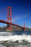 puente golden gate y olas del mar foto