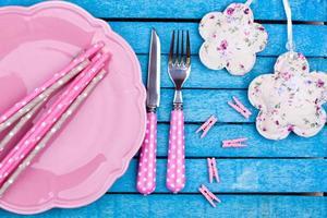 plato rosa vacío y tenedor, cuchillo foto