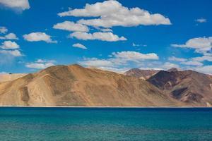 lago pangong en ladakh, india.
