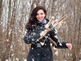 hermosa chica en el bosque foto